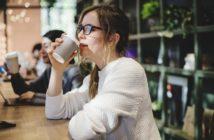 コーヒーを楽しむ女性